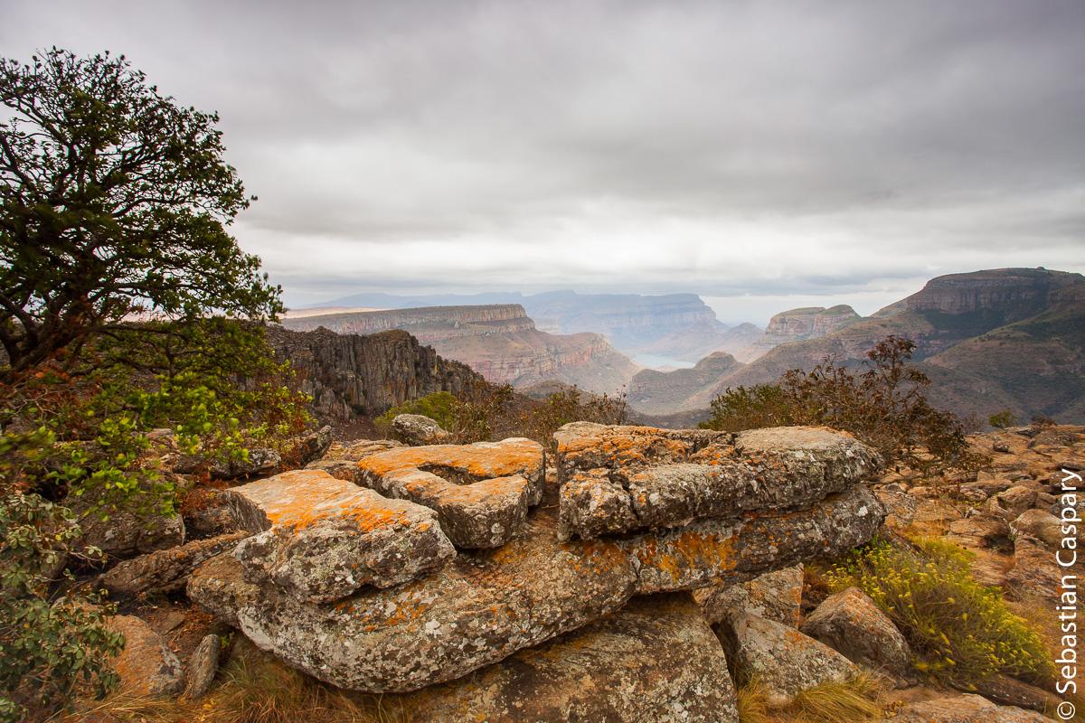 Der Blyde River Canyon ist ein 26 Kilometer langer, bis 800 Meter tiefer und hauptsächlich aus rotem Sandstein bestehender Canyon. Er befindet sich an der Panorama Route nordöstlich von Johannesburg und gilt als eines der großen Naturwunder Afrikas.